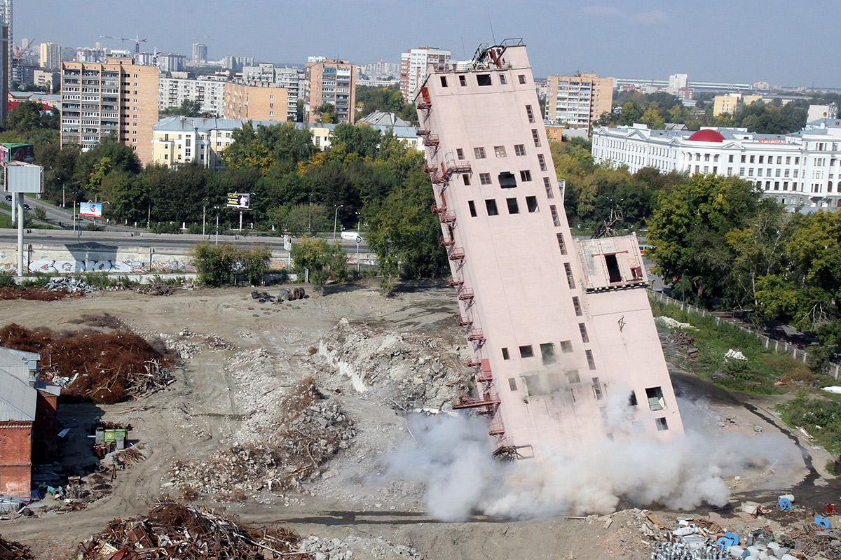 Обломки Мукомольного завода увезут в Тюмень на переплавку