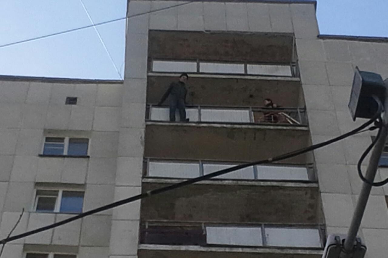 Мужчину, который пытался броситься с 12-го этажа на Московской, спасли