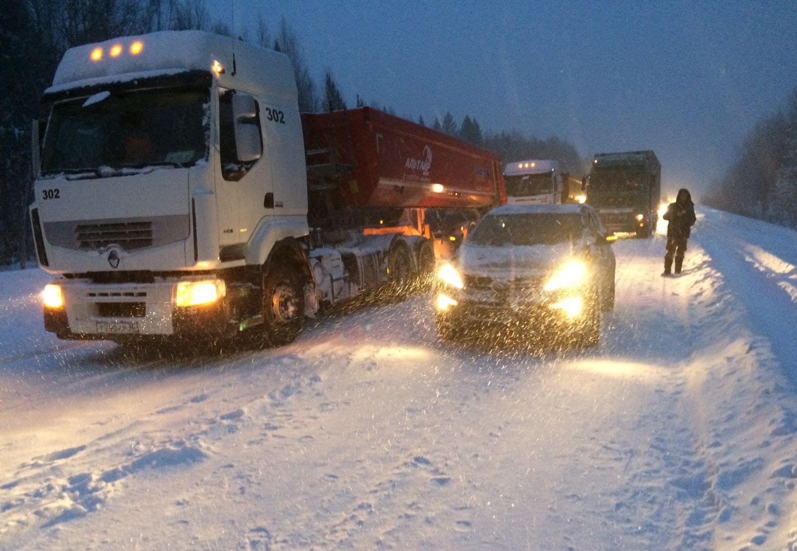 Снег парализовал движение автобусов на север Свердловской области