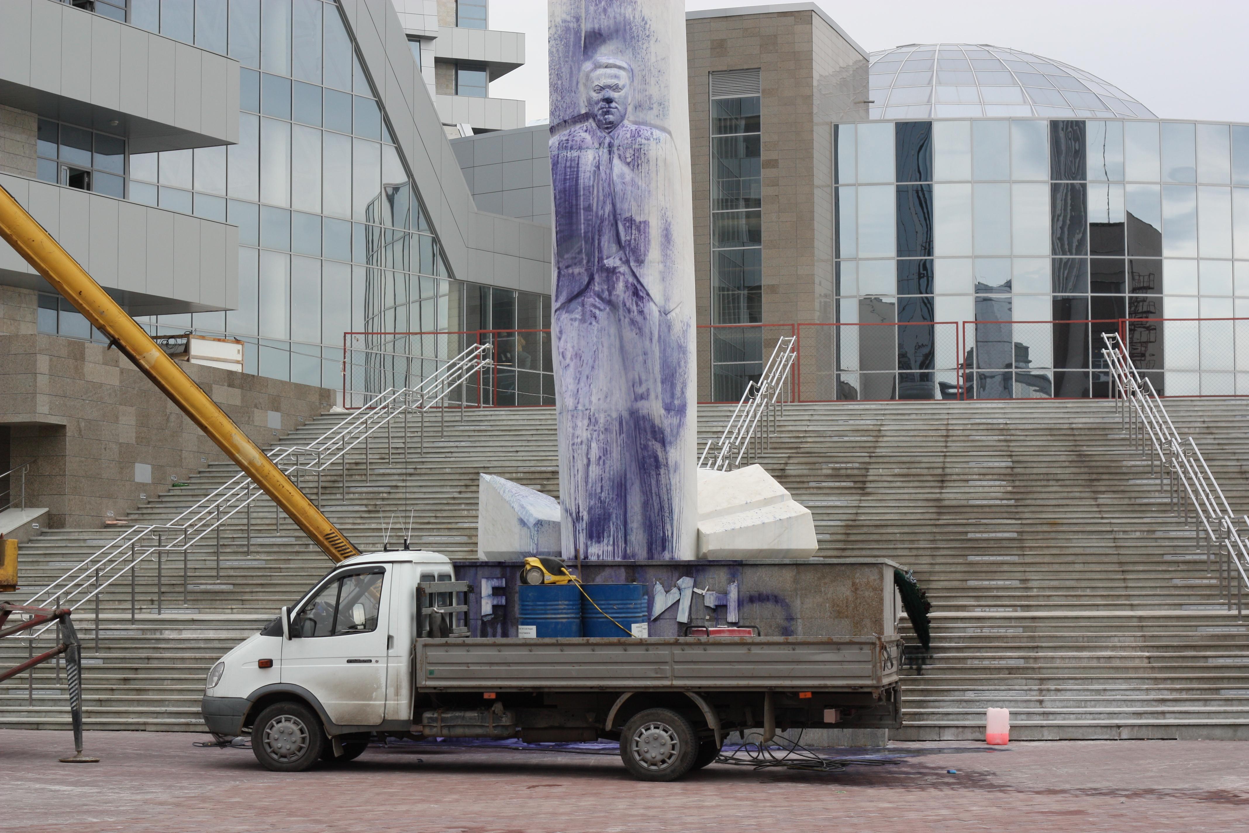 Вандалы изувечили памятник Ельцину