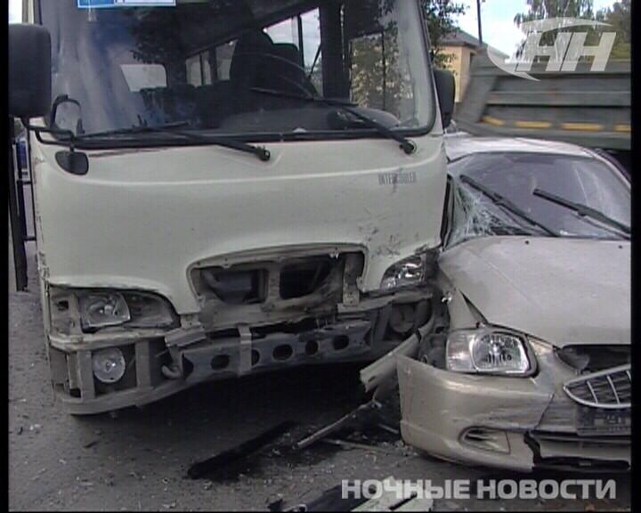 На Сортировке столкнулись автобус и две машины. Серьезно пострадала девушка