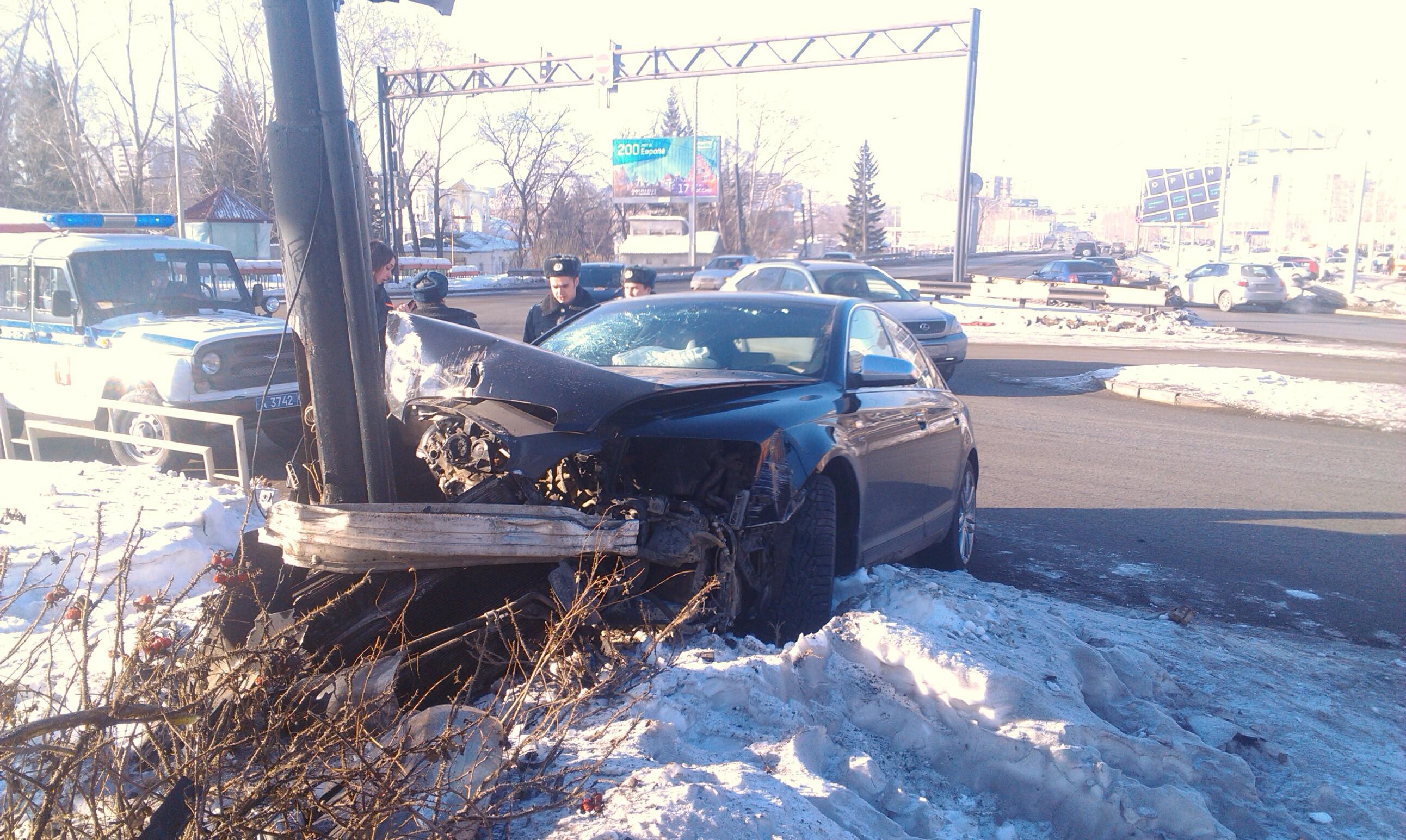 Возле ЦПКиО Audi не вписалась в поворот и угодила в дерево
