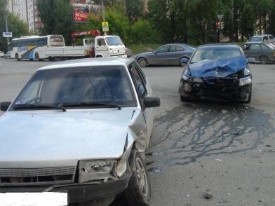 В Екатеринбурге при столкновении автомобилей пострадали три человека