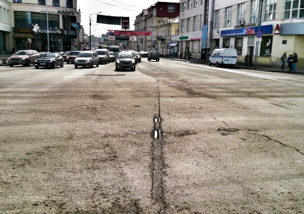 На перекрестке Малышева — 8 Марта из-под асфальта вылезли трамвайные рельсы