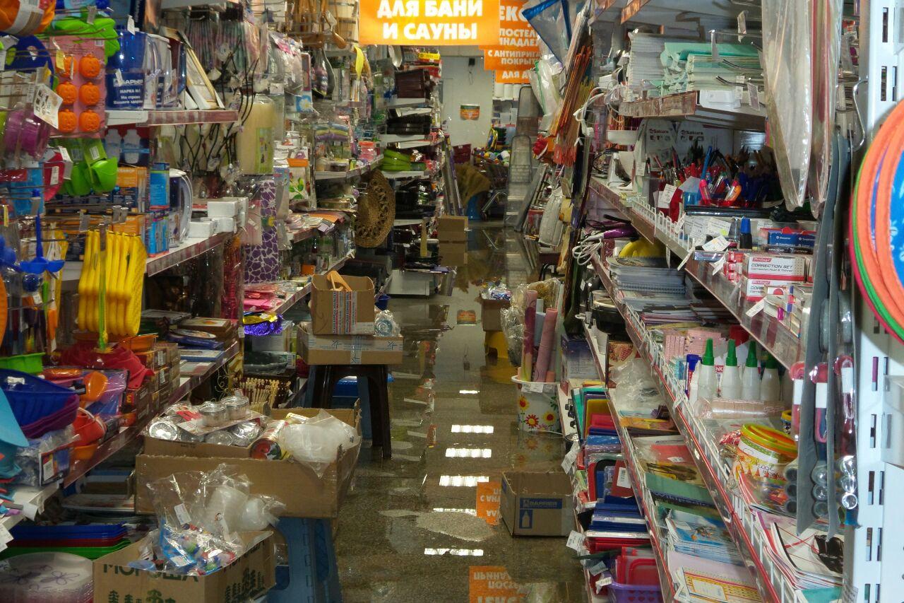 На работу в резиновых сапогах и масках: магазин на Сулимова третий день заливает нечистотами