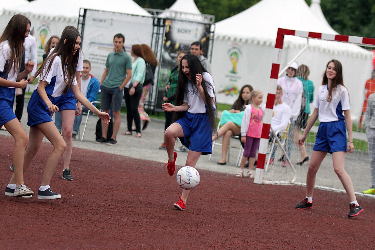 Длинноногие модели сыграли товарищеский футбольный матч в ЦПКиО