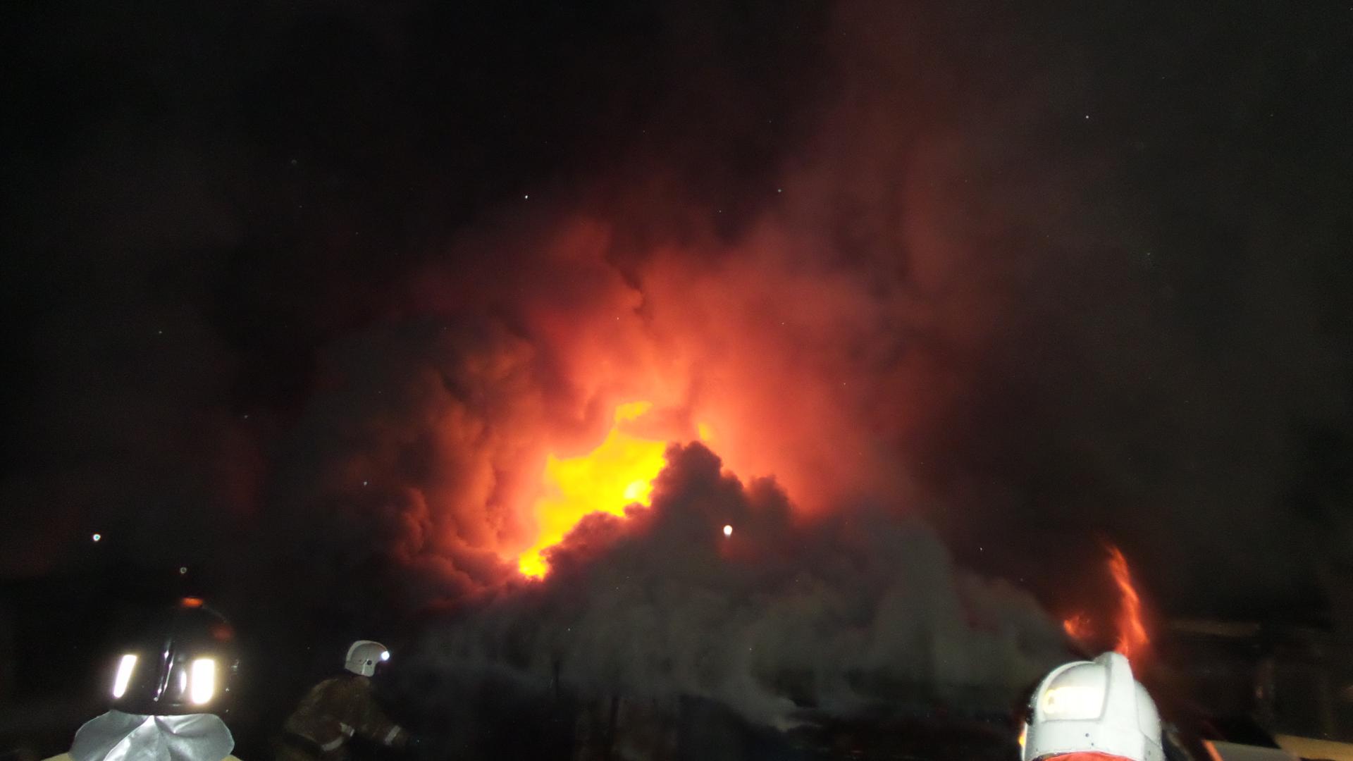 На Большом Конном сгорел склад запчастей: пострадали два человека