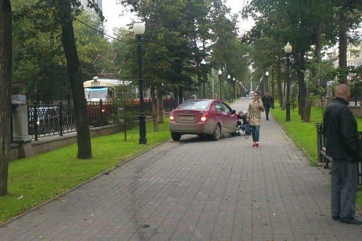 На Ленина Chevrolet после аварии выбросило на аллею