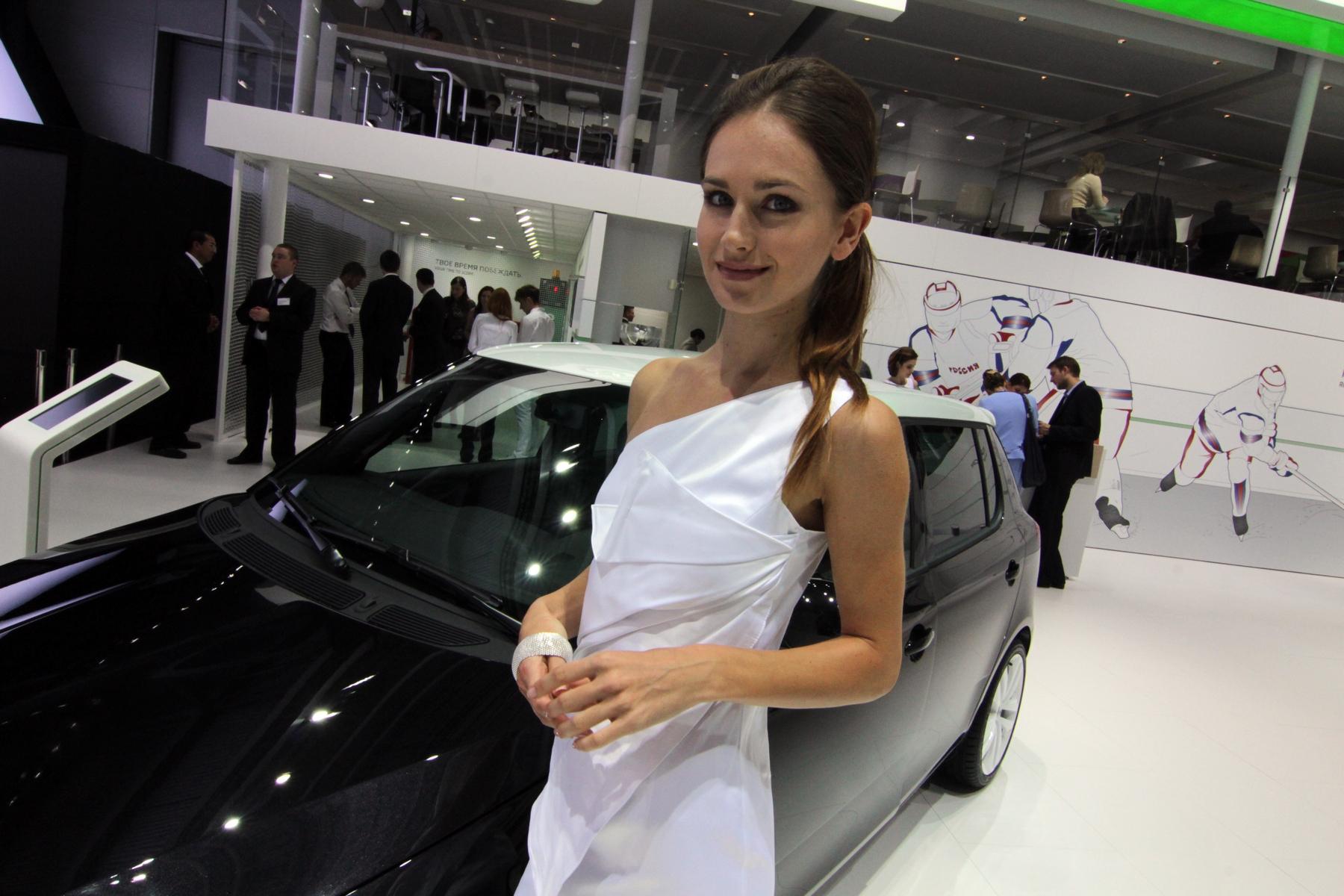 Губки бантиком, бровки домиком: лучшие девочки Московского автосалона