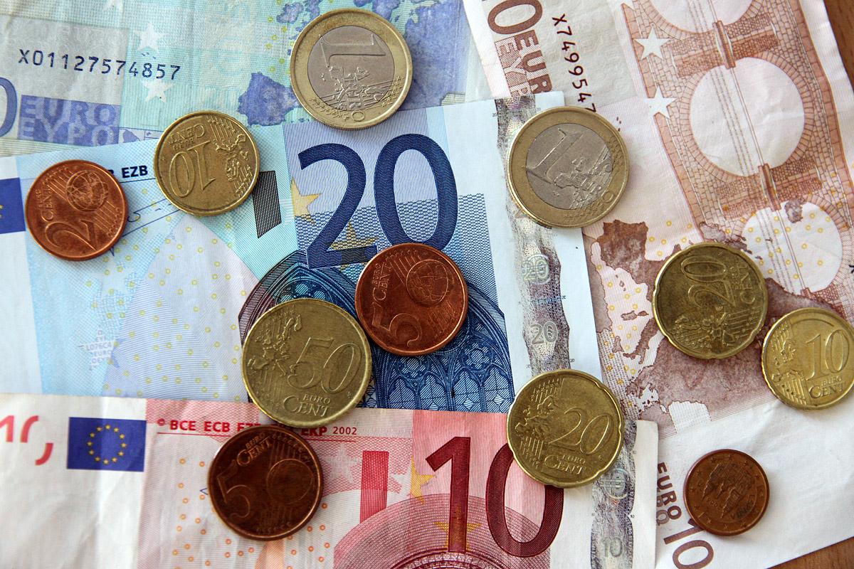 Курс рубля начал падение после краткосрочного взлета