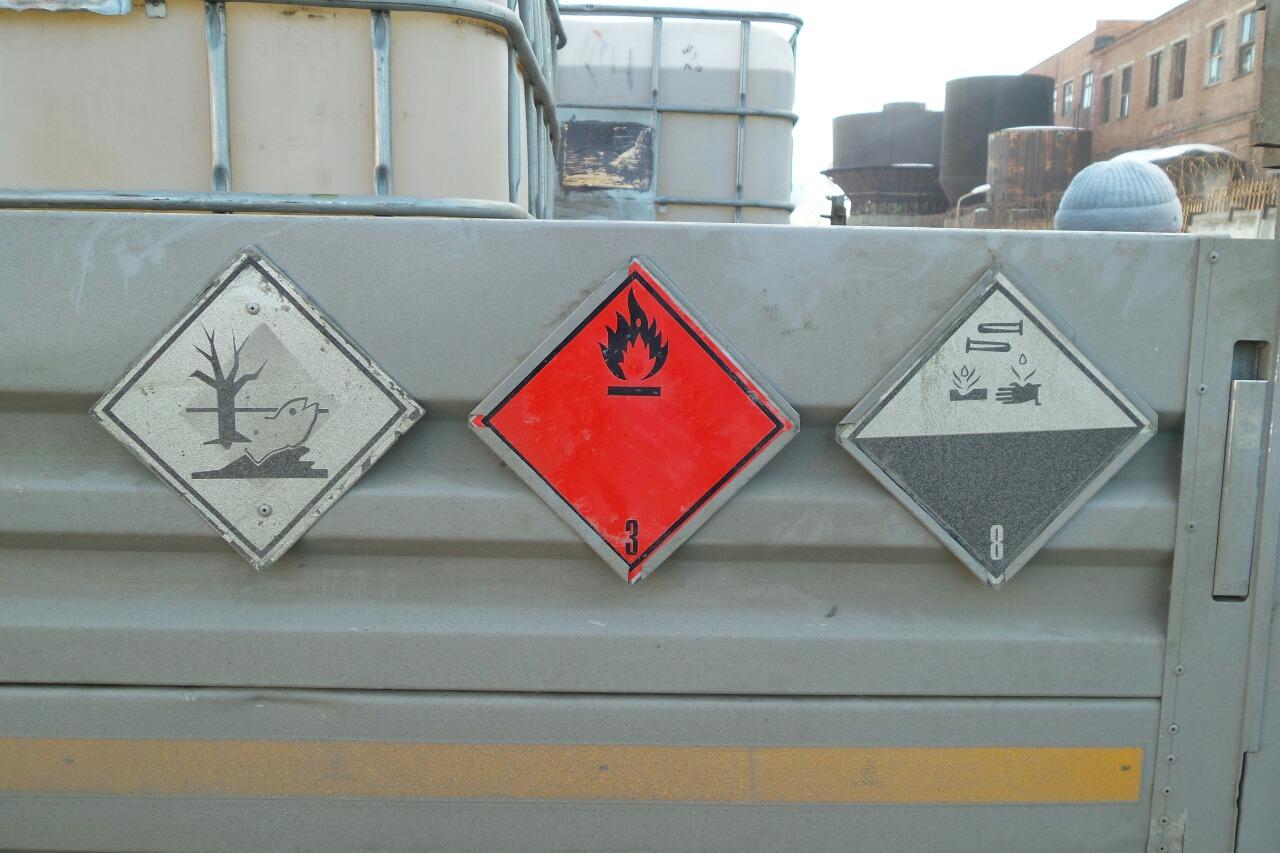 Вылилось литров десять: на Химмаше из грузовика выпала бочка с химикатами
