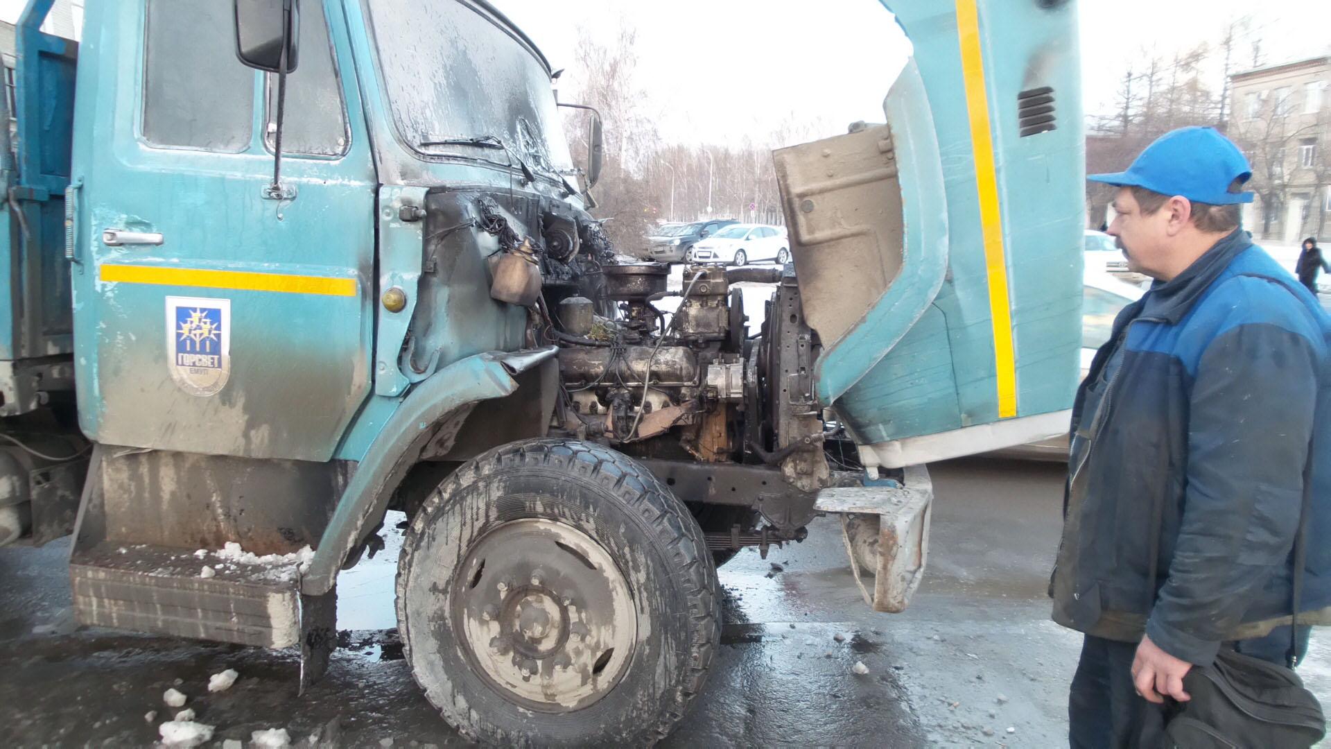 На перекрестке Чкалова — Шаумяна вспыхнул грузовик «Горсвета»