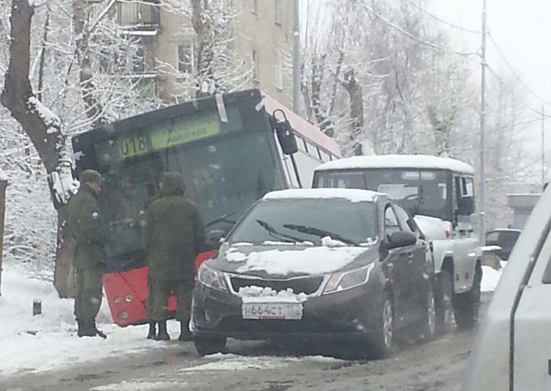 Снежные ДТП: пассажирский автобус улетел в кювет на Предельной улице