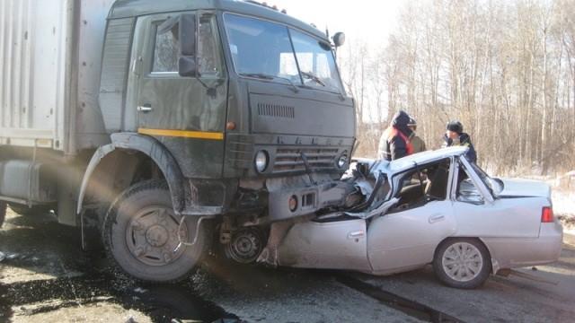 На трассе Екатеринбург — Тюмень легковушка залетела под КамАЗ