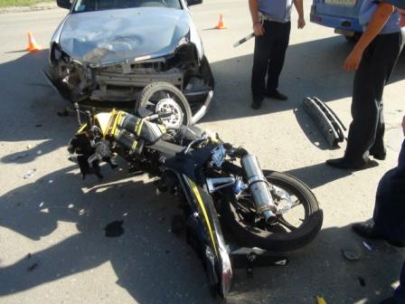 В Заречном мотоциклист врезался в Lada Priora