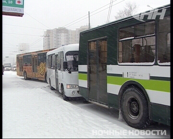 На остановке «Самолетной» столкнулись два автобуса и троллейбус