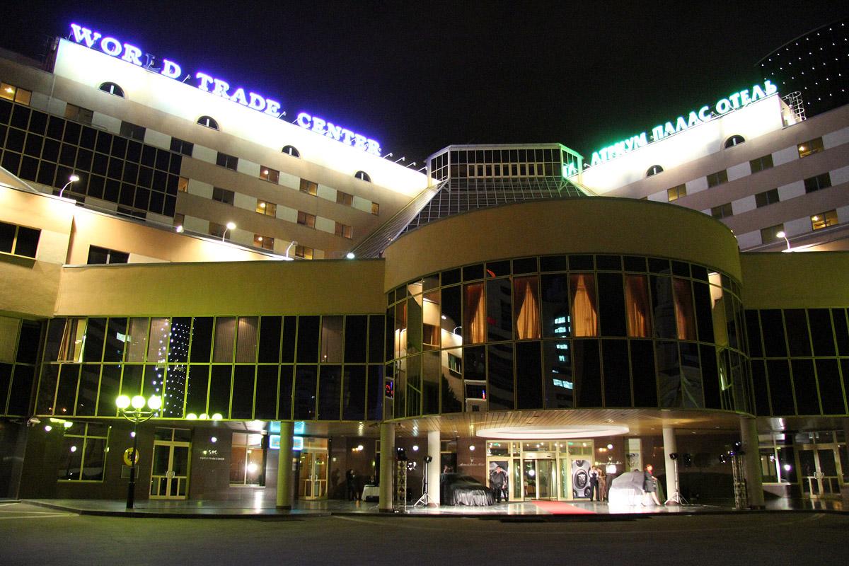 Возле «Атриум Палас отеля» двух бизнесменов ранили из травматики