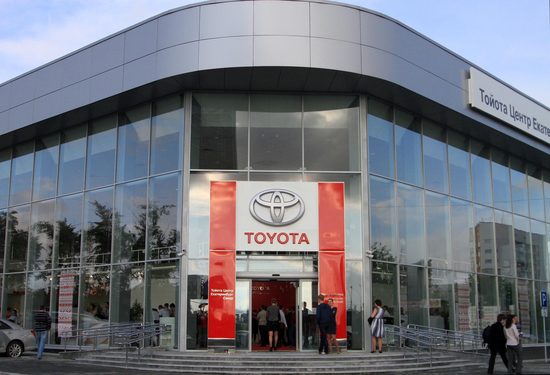 «Тойота» на севере: у вокзала открылся еще один салон-долгострой
