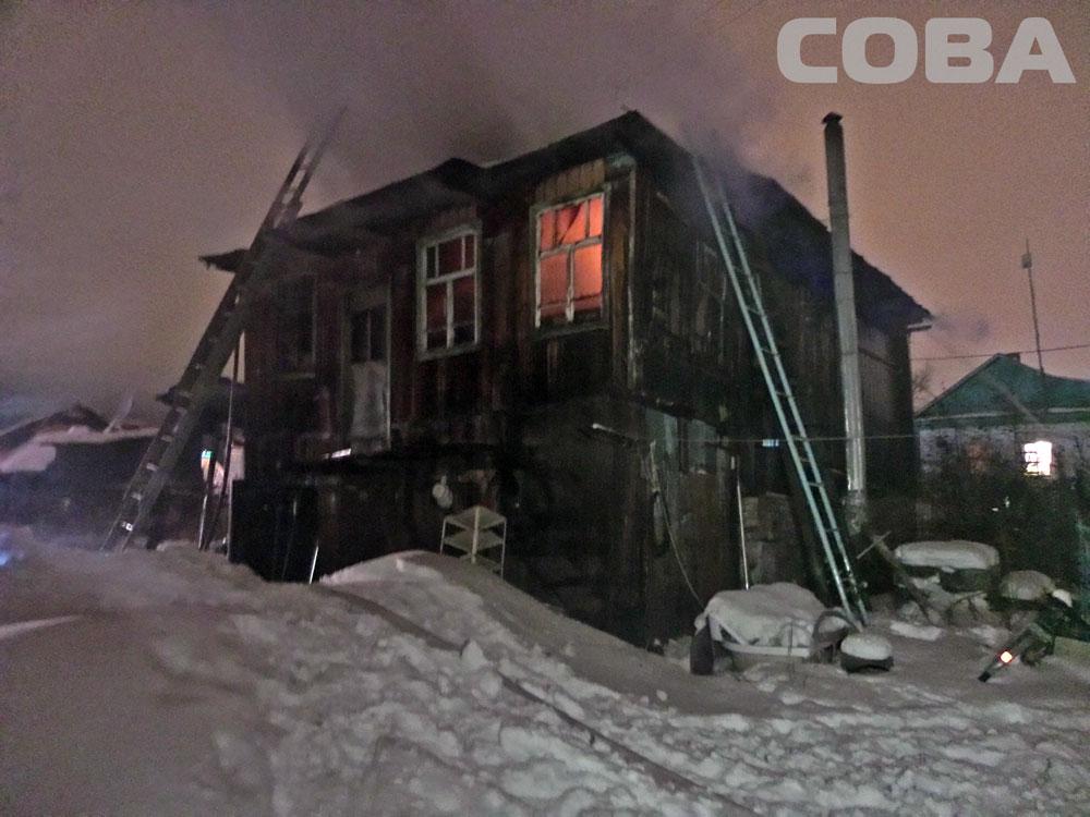 Ночью на Уктусе сгорел двухэтажный жилой дом