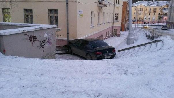 В Новоуральске Peugeot съехал по ступенькам и протаранил жилой дом