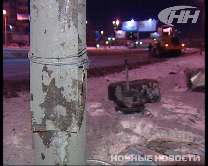 На улице Халтурина Mazda врезалась в столб