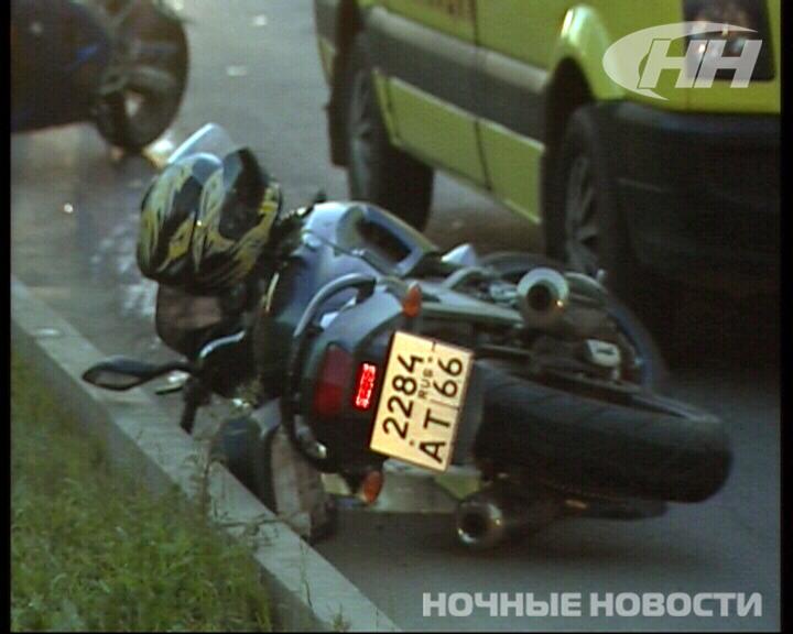 Автомобиль и мотоцикл Honda столкнулись на улице Репина