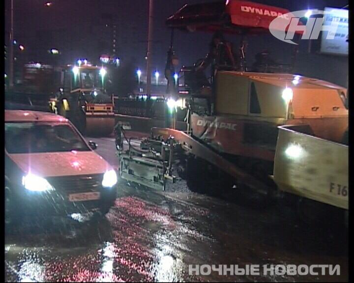 Ночью на Бебеля дорожники укладывали асфальт в лужи
