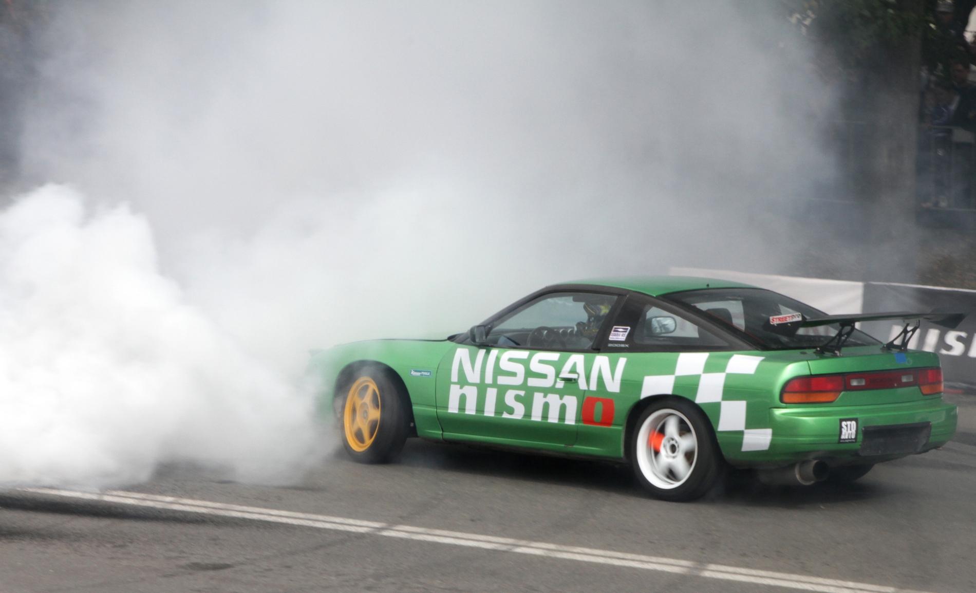 Дым коромыслом: в центре Екатеринбурга жгли и наяривали лучшие гонщики