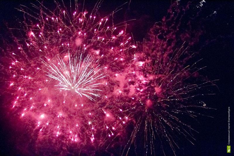 Несколько екатеринбуржцев получили ожоги во время праздничного салюта