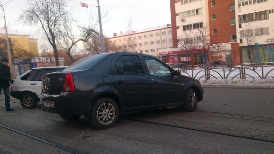 ДТП на 8 Марта: Renault врезался в «Ладу» на трамвайных путях