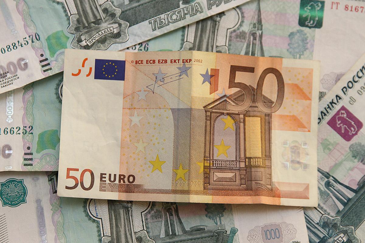 Евро перешагнул отметку в 71 рубль, а доллар — в 57