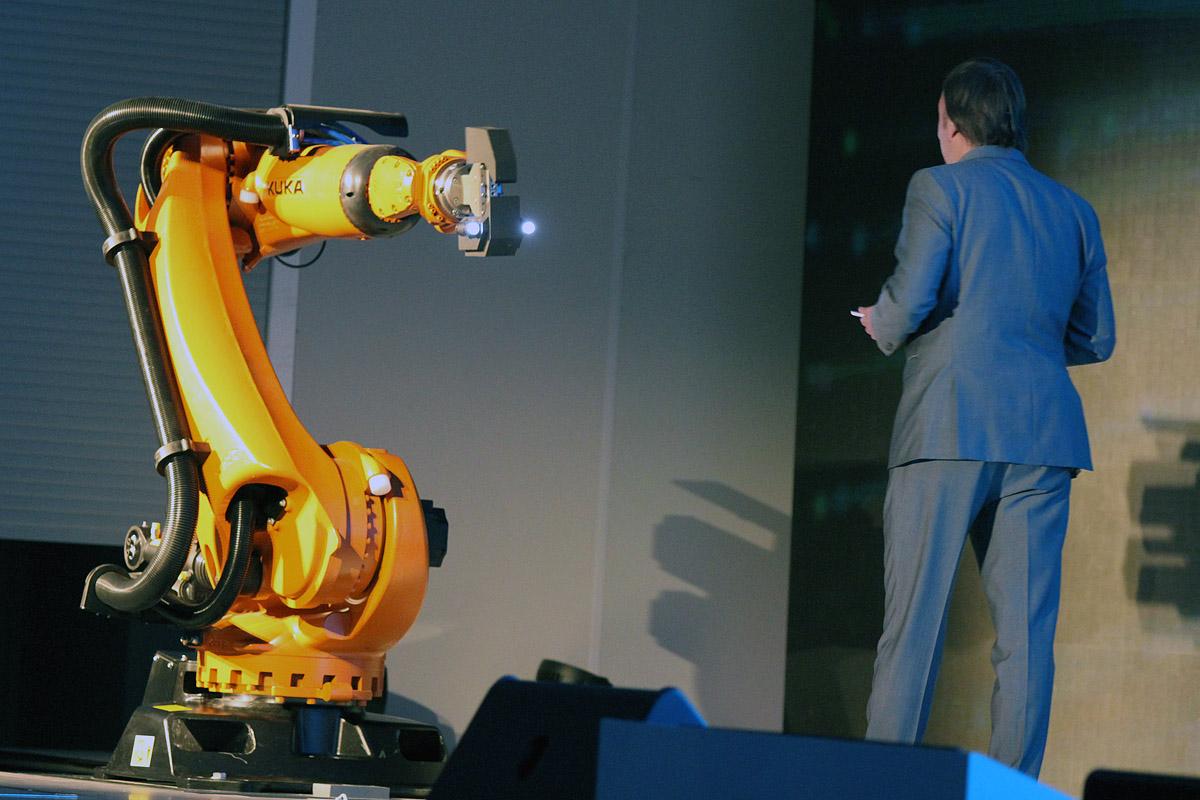Денис Мантуров и говорящий робот. В Екатеринбурге официально открыли «Иннопром»