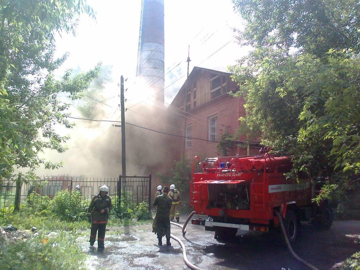 Двое огнеборцев пострадали при тушении пожара на Сортировке