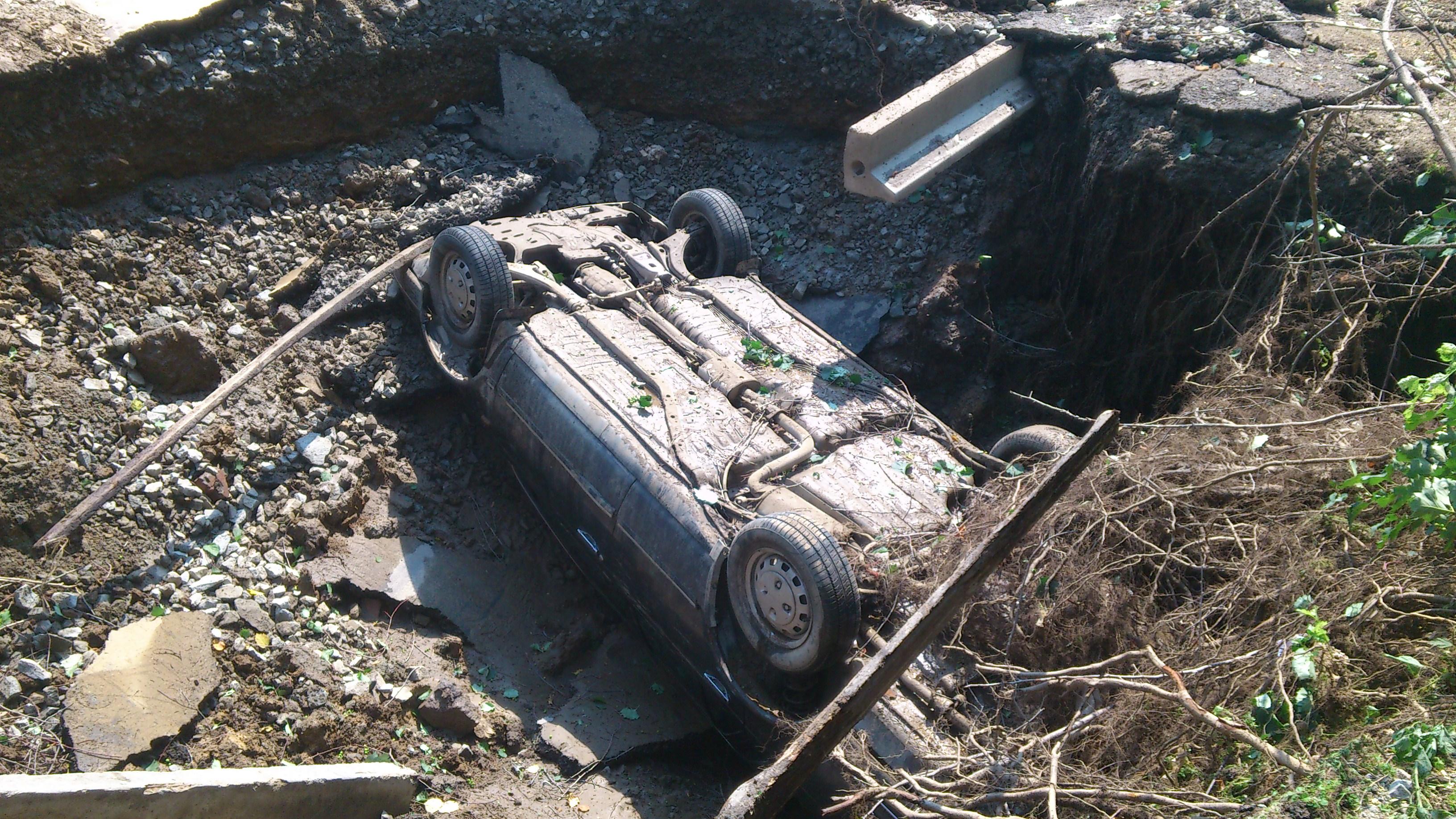 Из-за коммунальной аварии иномарка ушла под землю