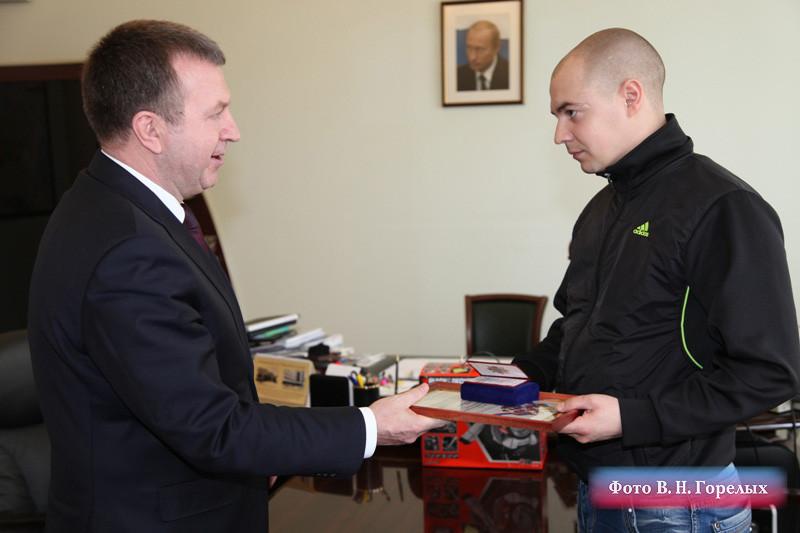 Генерал Бородин наградил екатеринбуржца, поймавшего педофила