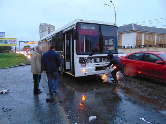 На скользких от дождя свердловских дорогах за выходные пострадали 27 человек