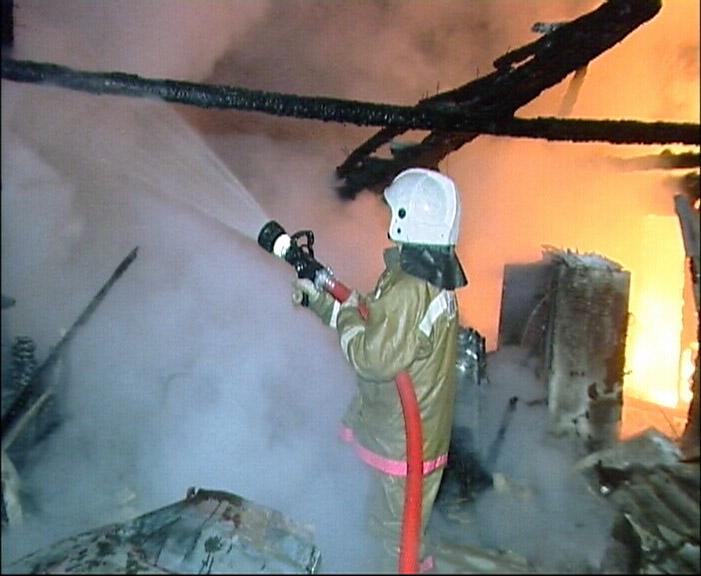 В Кольцово ночью сгорели бани и садовый домик