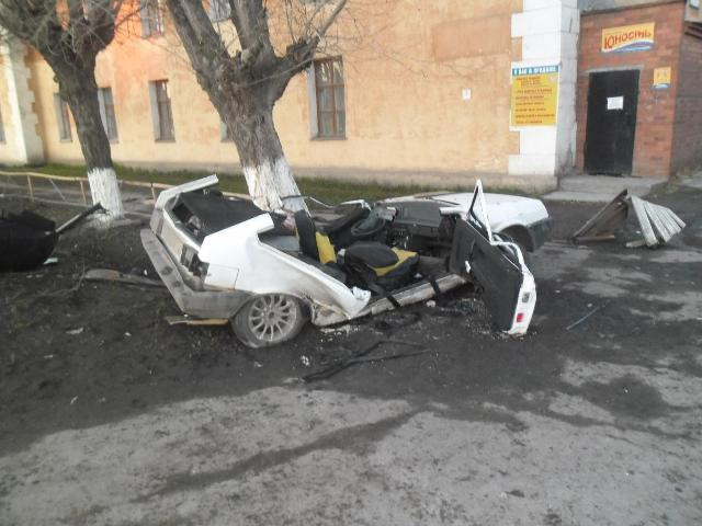 В Ирбите ВАЗ врезался в дерево. Три человека в коме