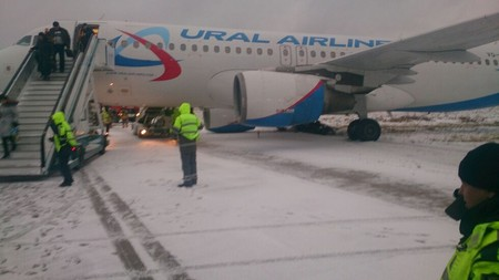 Самолет «Уральских авиалиний» выкатился за пределы полосы в Домодедово