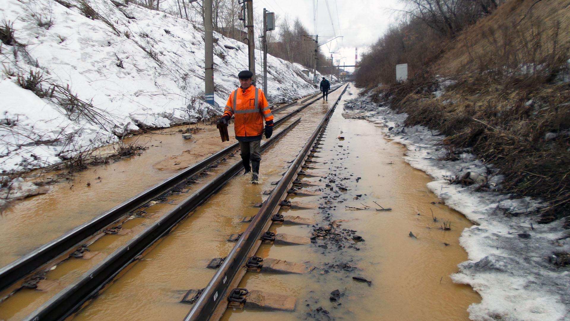 Движение перекрыли: из-за прорыва трубы затопило железнодорожные пути возле Турбинной
