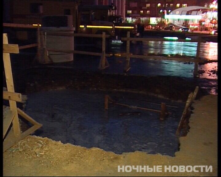 На ВИЗе из-за коммунальной аварии водой залило две улицы и площадь