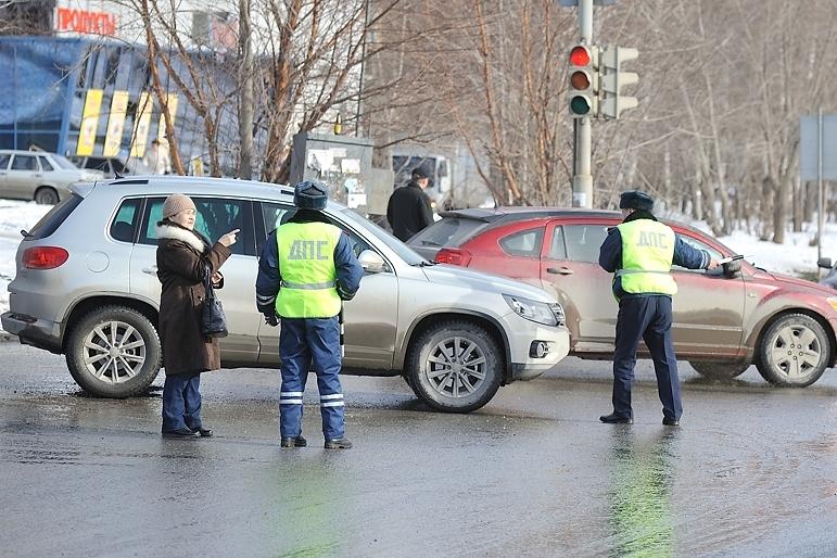 Рейд ГИБДД: в самую грязь екатеринбургских водителей заставили мыть номера