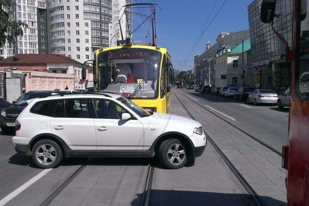Барышня на BMW, остановившая трамваи на Радищева, в момент ДТП болтала по телефону