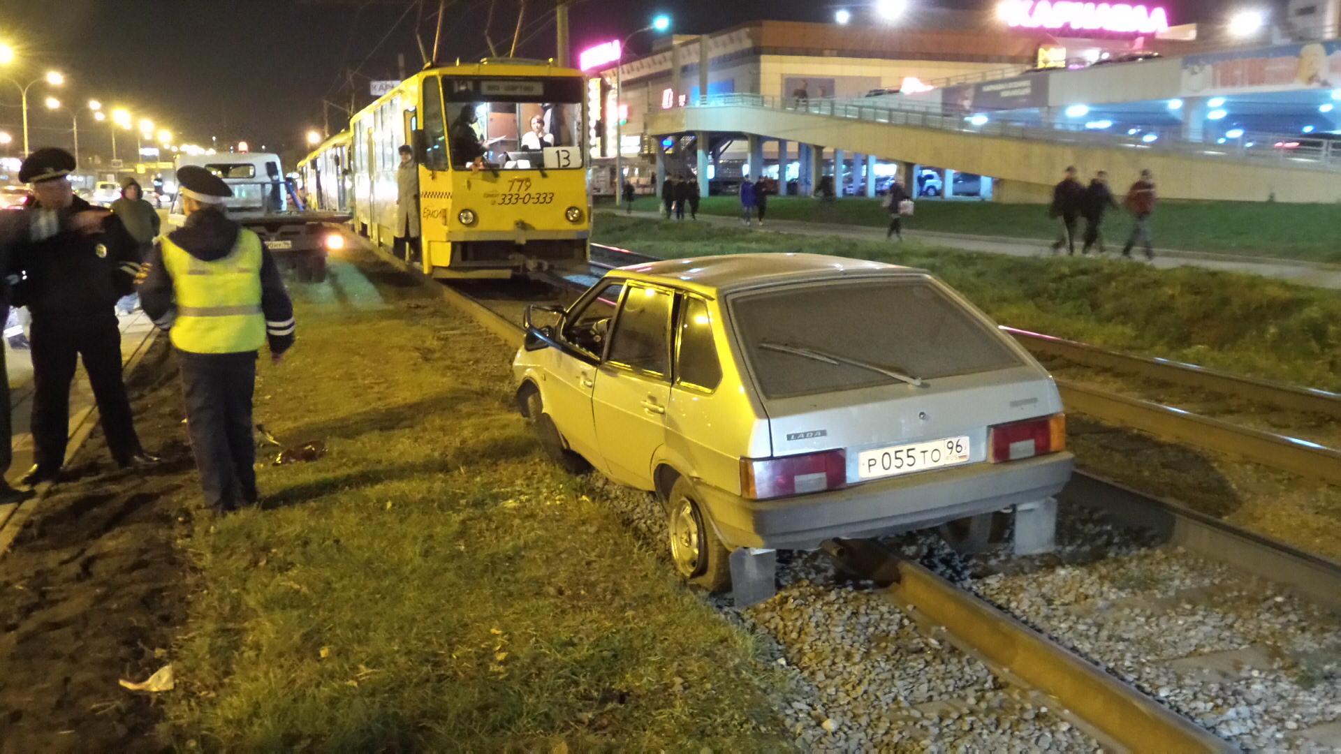 Возле «Карнавала» ВАЗ вылетел на трамвайные пути и перевернулся