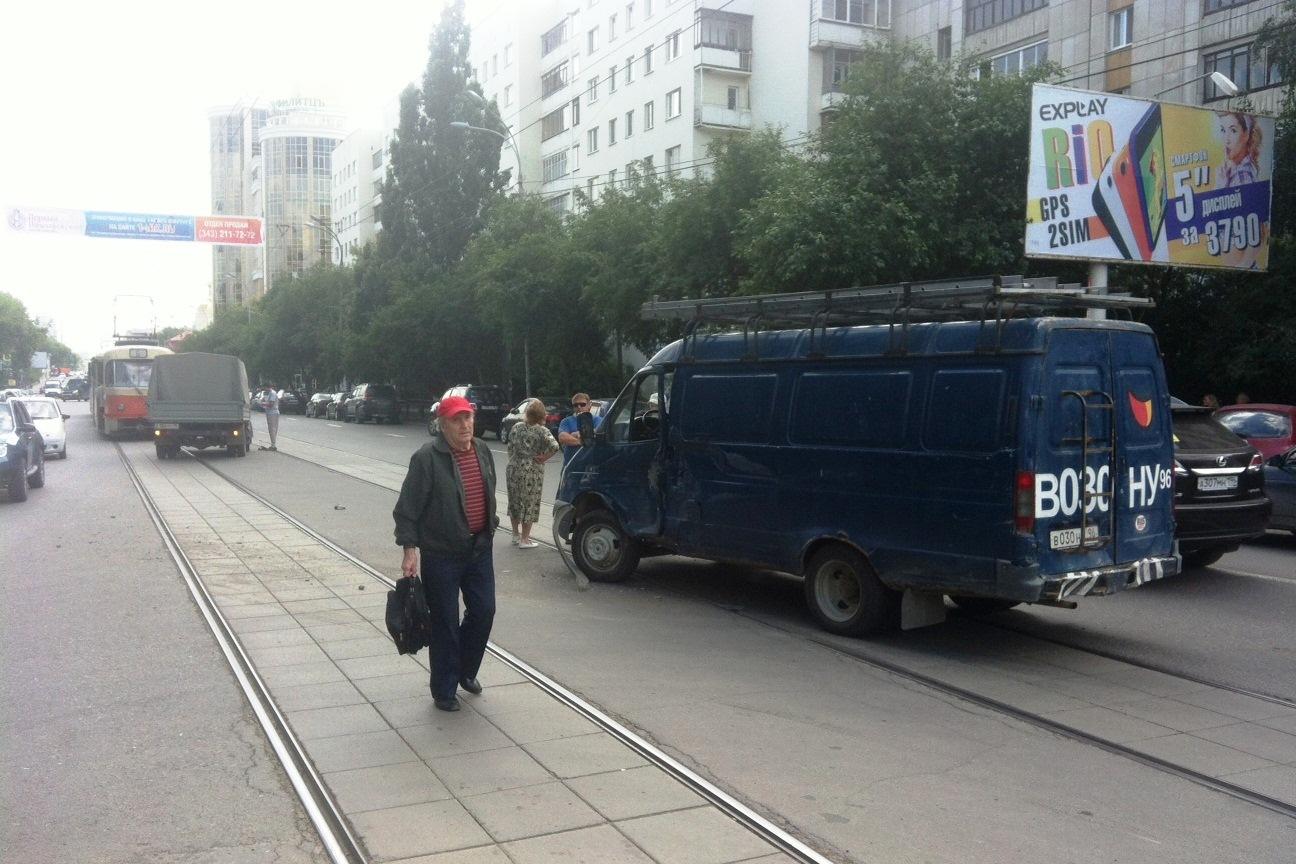 На Луначарского «Газели» перекрыли дорогу трамваям