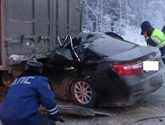На Московском тракте Toyota влетела в фуру. Водитель погиб