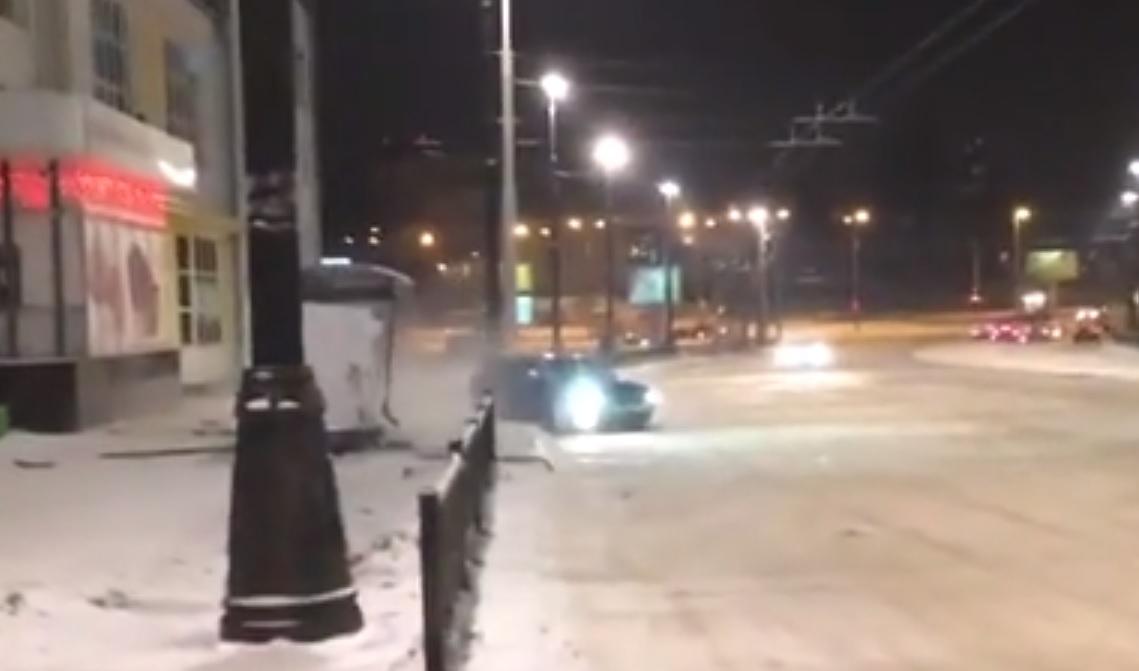 Неудачно дрифтанул: на Свердлова Audi снесла остановку