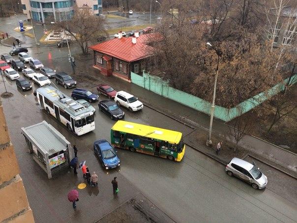 Большакова и Чапаева встали в пробках из-за ДТП с маршруткой и легковушкой
