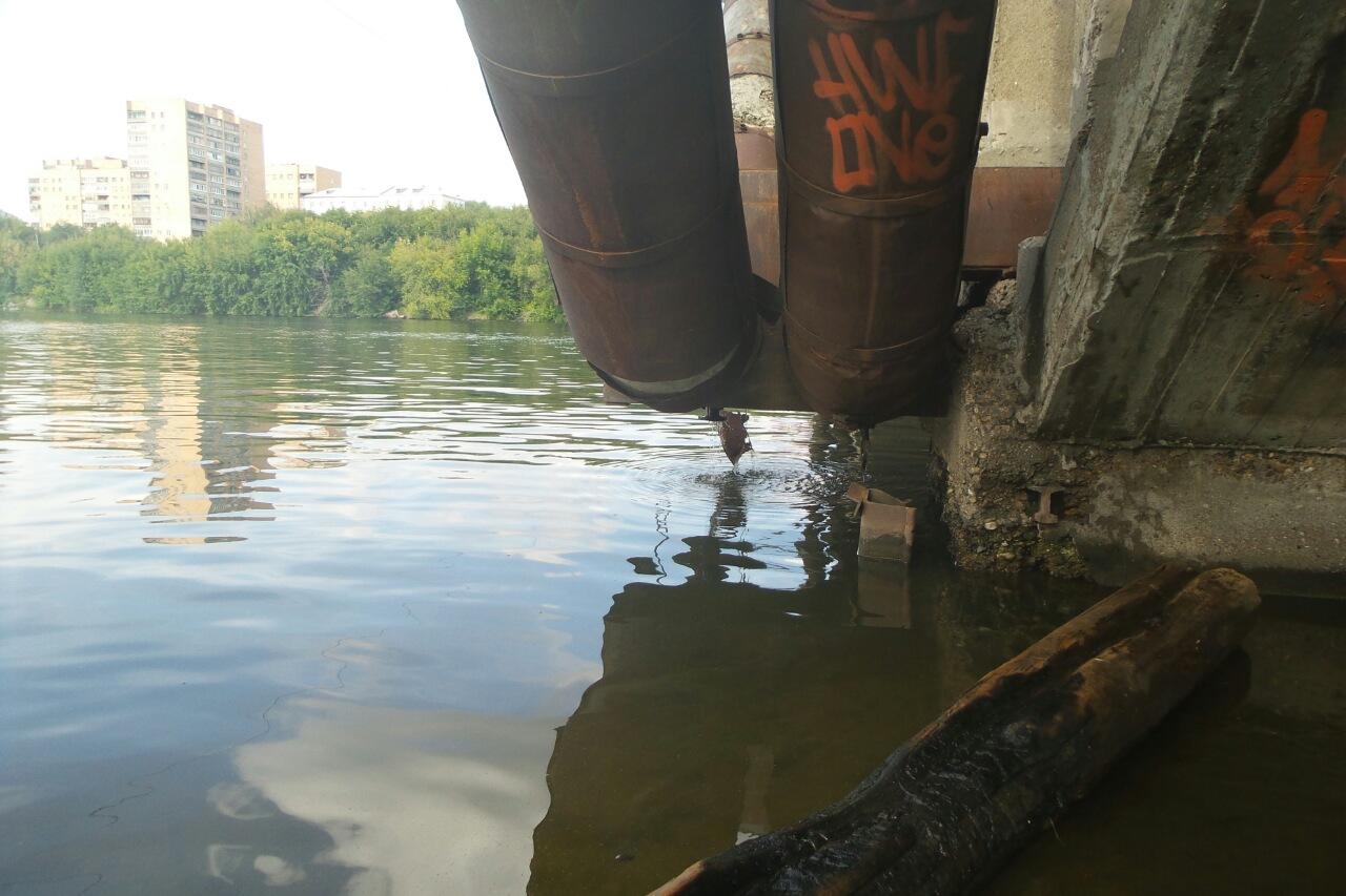 Под Макаровским мостом прорвало трубу: в Исеть льется теплая вода