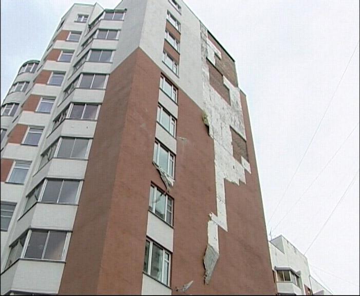 Мощный ветер осыпал дом: на Чайковского рухнула облицовка
